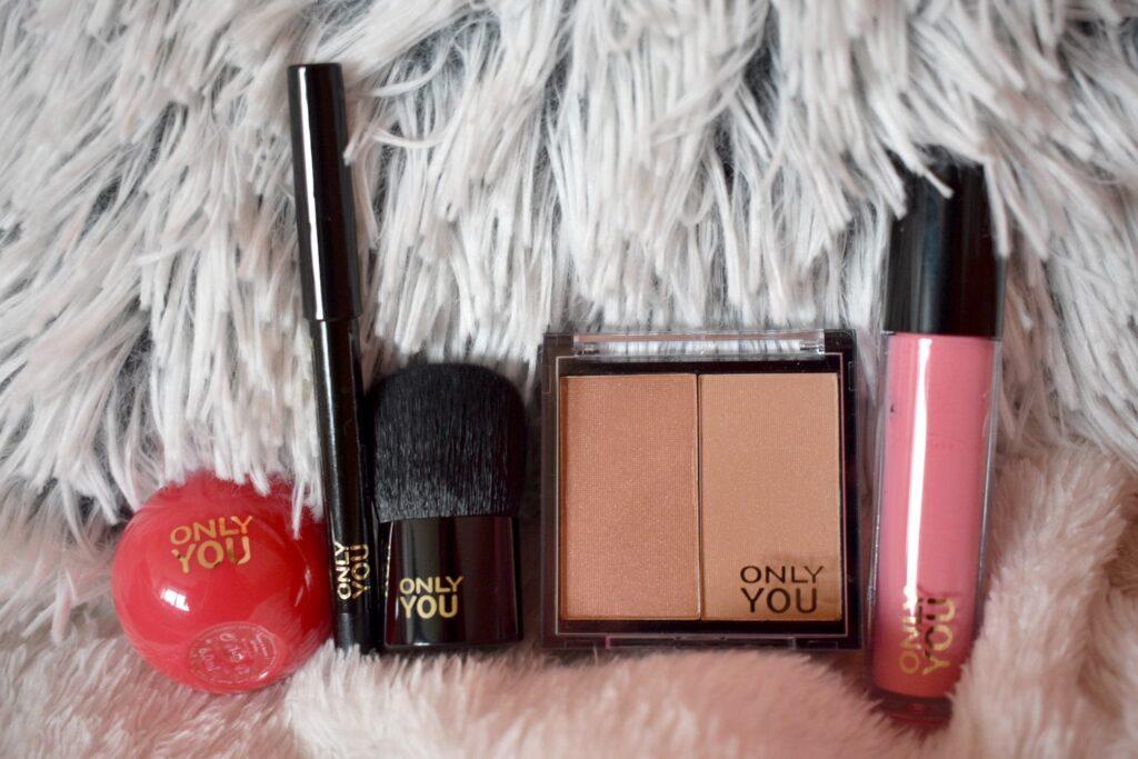 De eerste vijf producten uit de adventskalender van Only you: love at first bite 2020. De adventskalender met producten van het make-upmerk van ICI Paris XL.
